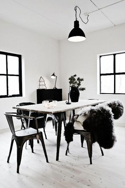 Decoración minimalista en blanco i negro con toqué madera ideal para pisos pequeños ⭐️Jenni Sala