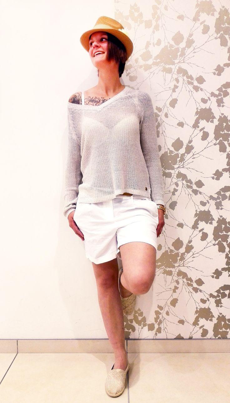 Outfit der Woche! semitransparenter Leinen-Pullover, Leinenmix-Shorts & Strohhut: s.Oliver - Schuhe: Toms – BH: Passionata #fashion #ootw