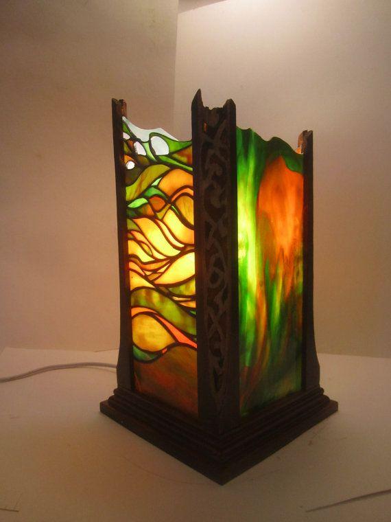 Único vitral y linterna de madera.
