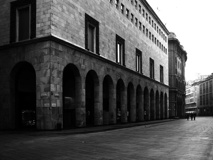 Corso Vittorio Emanuele a Milano alle prime luci del giorno...