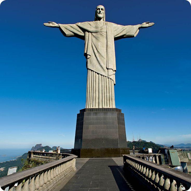 Ξέρατε ότι… το κάθε χέρι του αγάλματος του Χριστού του Λυτρωτή που δεσπόζει πάνω από το Ρίο ντε Τζανέιρο ζυγίζει σχεδόν 30 τόνους; #RioDeJaneiro #travel #trivia