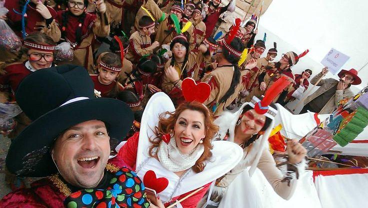 Καρναβάλι στη Σύρο και ήρθαν και ινδιάνοι!!!! Μόνο που αυτοί ήταν Ιν-διανοούμενοι!!!!!!!!!!!  (φωτό Γιώργος Ρούσσος)