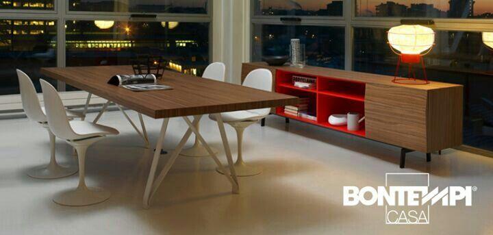 A mesa pode ser de madeira envelhecida e os pes de ferro.