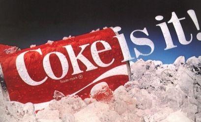 """Dwa słowa, charakterystyczna czerwona puszka i seria doskonałych reklam - kultowa marka Coca-Cola świętuje 130 lat swoich haseł reklamowych! Pamiętacie """"Zawsze Coca-Cola""""? 😉 Nucimy melodyjkę i oglądamy jej drogę do marketingowego sukcesu!"""