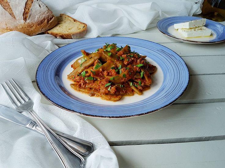 Ένα πολύ ωραίο και νόστιμο πάντρεμα από φασολάκια και κιμά φωτογραφημένο από εμένα με χρώματα ελληνικά!  Ένα πιάτο που μπορούμε να συνοδεύσουμε με υπέροχη σάλτσα γιαουρτιού ή με την πολυαγαπημένη μας φέτα και φυσικά ζυμωτό ψωμί!  Φασολάκια