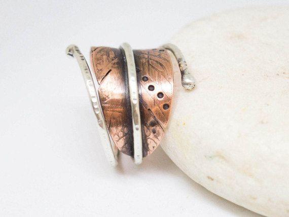 Para la joyería hecha a mano más visite nuestra página de tienda en: http://www.etsy.com/shop/silverstro ----------------------------------------------------------------------------------------  ✿This anillo es hecho a mano de plata y cobre por mí en mi estudio!!!!!!  ✿Handmade anillo con un alambre de plata esterlina eched cobre pluma y 1,5 mm.  ✿The anillo es ajustable y es unos 15-20 mm de ancho.  ✿All de nuestra joyería están disponibles en una selección de tiendas de ...