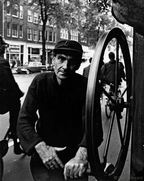1960's. Man operating a street turn organ at the Rozengracht in the Jordaan section of Amsterdam. Photo Dolf Toussaint. #amsterdam #1960 #Rozengracht #Jordaan
