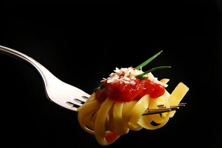Чтобы отварные макароны превратились в очень вкусное и ароматное блюдо, существуют разнообразные соусы для макарон. Мясные или овощные, томатные или грибные - соусы для макарон готовятся просто и великолепно дополняют любые макаронные изделия. Одними из самых популярных ингредиентов, из которых готовят соусы для макарон, остаются грибы и сыр.