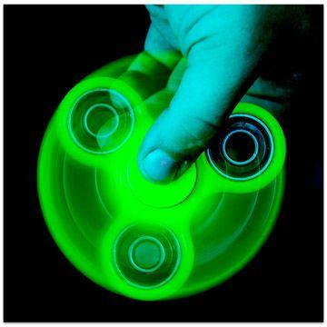 A sötétben világító Fidget Spinner hozzánk is megérkezett! Az új, stresszoldó játék lényege, hogy minél tovább pörgésben tartsd a szerkezetet. Amikor már sikerült hosszabb ideig pörgetned a játékot, trükköket hajthatsz végre vele, vagy akár új trükköket fejleszthetsz ki. Minden csak az ügyességeden múlik! A Fidget Spinner most foszforeszkálós változatban lehet a tiéd! Szerezd meg mielőbb és legyél te a legügyesebb! A termék kinézete eltérhet a képen láthatótól. A feltüntetett ár 1 db-ra…