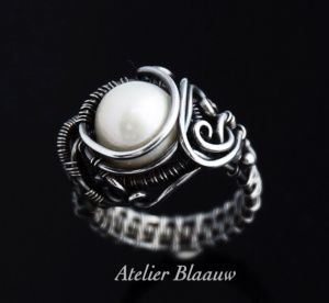 Wire wrapped ring by Atelier Blaauw