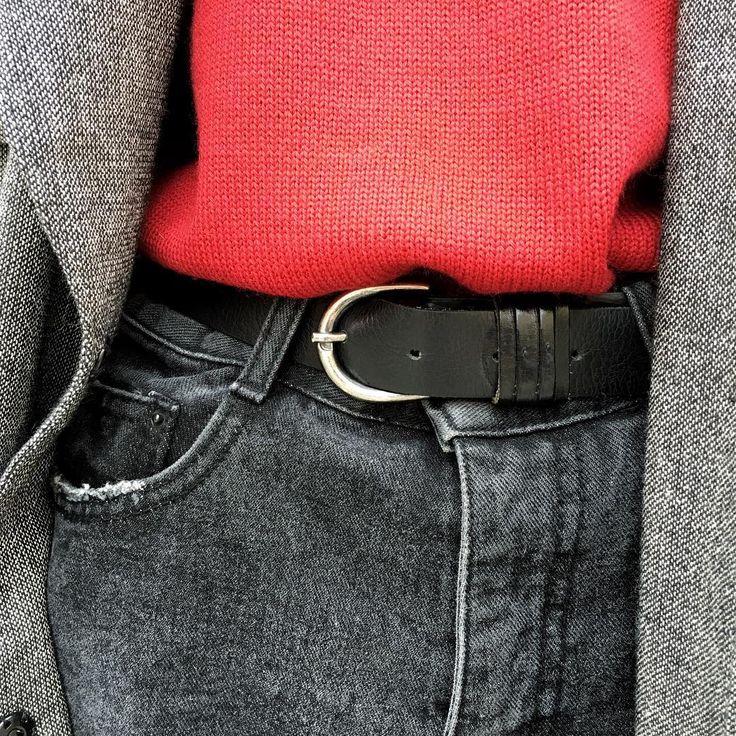 Если вы привыкли считать, что красным может быть только вечернее платье, то отучайтесь от вредной привычки. Новый сезон будет гореть ярким пламенем оттенков красного. Для кэжуал образа стилисты #Fligelstore рекомендуют надеть шерстяной свитер клюквенного оттенка с джинсами mom и удлинённым тренчем.