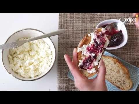 Mascarpone selber machen - dieses Video aus unserer Serie Käse Herstellung zeigt, wie man den leckeren Frischkäse aus Italien zu Hause selber zubereitet. Das Rezept gibts auf Allrecipes Deutschland: http://de.allrecipes.com/rezept/12333/mascarpone-selbst-machen.aspx