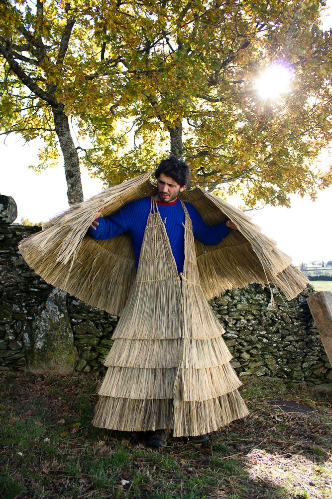 traditional reed capes used to protect from the rain. In the photos, Duarte is wearing only the cape, without the redd hat or leggings. Very shortly, the reed is braided in transversal lines from which both internal and external layers will be created. On the inside, the reed will form a continuous lining. On the outside the reed will be cut and layed in layers to assure the cape's ----Portugal