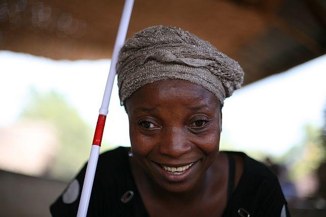 Sitta non ci vede ma ha imparato a fare il bucato, cucinare, fare il sapone e a non dipendere in tutto e per tutto dalla sua famiglia