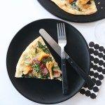 Pizza med bacon, spinat og kantareller