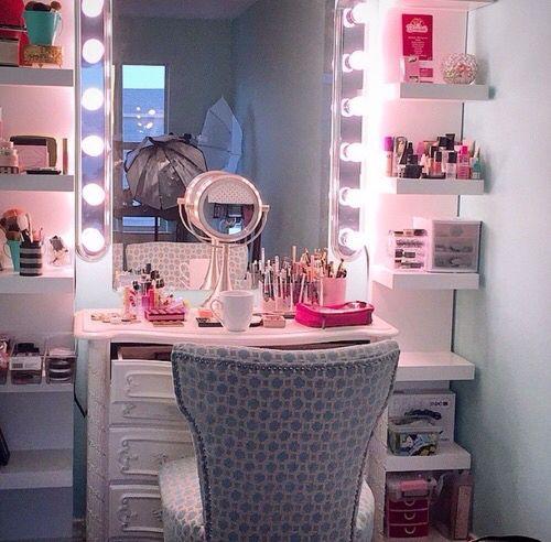 Tocador de maquillaje pequeño aprovechando espacio