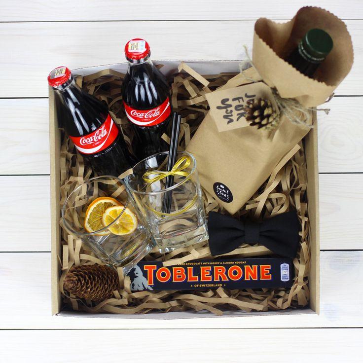 В комплект мужского подарка входит: Кока-кола 2 шт., стаканы для виски 2 шт., шоколад Toblerone, галстук бабочка ...