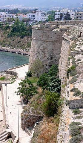 Pohled na část pevnosti ve městě Girne