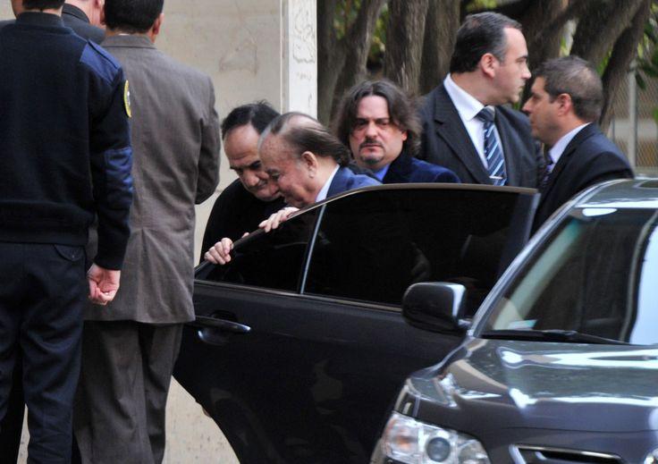 El ex presidente de la Nación y actual senador Carlos Menem fue condenado a siete años de prisión efectiva por el Tribunal Oral en lo Penal Económico N° 3, en la causa por la venta ilegal de armas a Croacia y Ecuador.