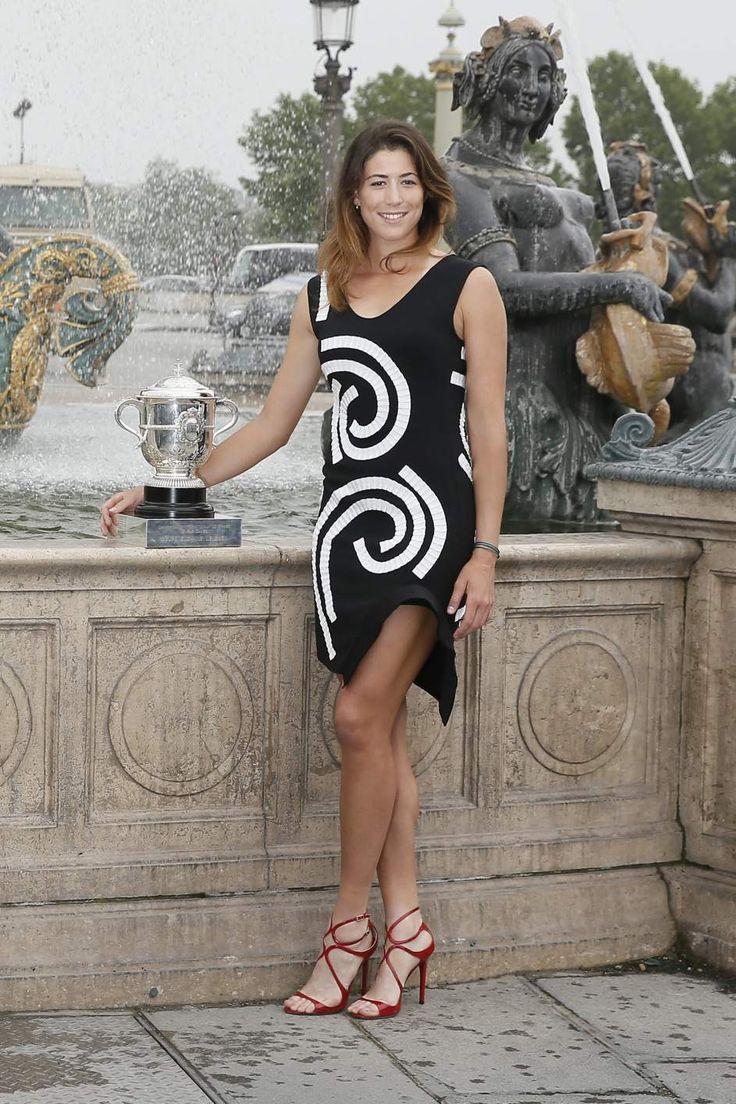 Garbiñe Muguruza, campeona de Roland Garros 2016, posó en la plaza de la Concordia de París con el trofeo.