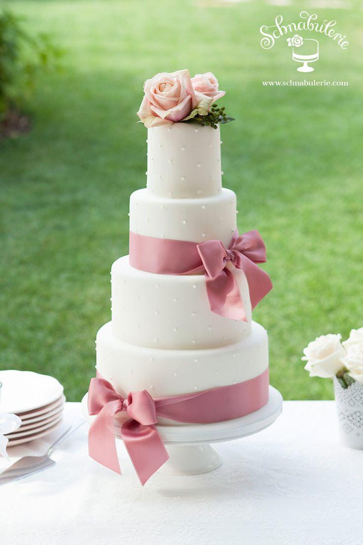 Belle Coquette - Mit frechen kleinen Pünktchen zieht Belle Coquette die Aufmerksamkeit auf sich. Frische Blumen und schicke Satinschleifen verleihen ihrem Auftritt das gewisse Etwas. #Hochzeit #wedding #weddingcake #cake #Hochzeitstorte #Schnabulerie