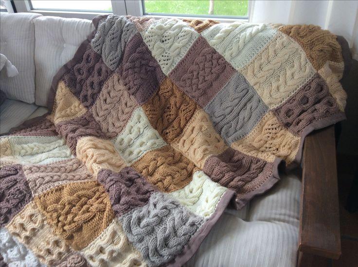 Manta de trenzas cosidas sobre una mantita de algodón comercial. Los patrones de las trenzas en tejiendoperu.com. ¿Colores? Los que te gusten de la tienda de lanas. Ni siquiera hace falta que haya el mismo número de cuadros de cada color.
