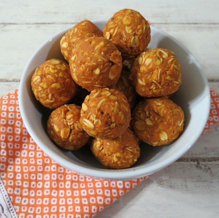 Peanut Butter Pumpkin Dog Balls - Healthy, no bake nutritional dog treats made with organic peanut butter, organic pumpkin, gluten free oats and honey. They are also human safe!! They taste good! :) yummy for Autumn!