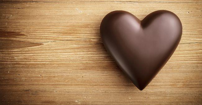 Mangiare cioccolato fondente protegge la salute del cuore