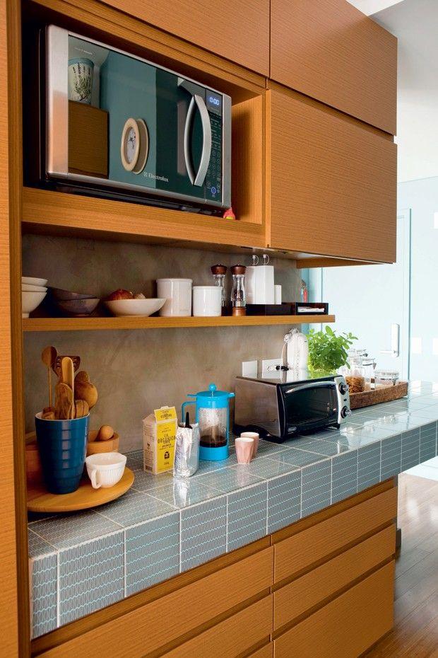 Para dar unidade à parede que divide a sala e a cozinha, o arquiteto Gustavo Calazans criou uma bancada de concreto armado que serve de apoio para a TV, de um lado, e de bancada, do outro. O charme fica por conta do acabamento escolhido: AZULEJOS DA LINHA RETRÔ, DA PAVÃO REVESTIMENTOS (http://www.pavaorevestimentos.com.br/). Mais comum em paredes, o revestimento é uma ótima escolha para o local, por ser fácil de limpar.