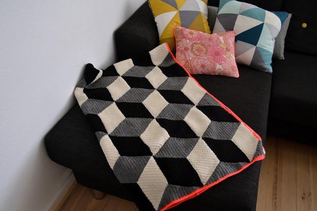 Grafisk hæklet tæppe