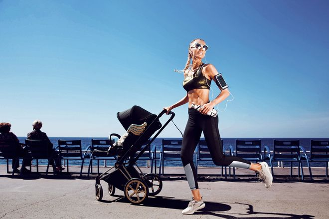 Топ из полиэстера, Nike; легинсы из полиэстера и эластана, Alala; кроссовки, Adidas; солнцезащитные очки, Linda Farrow; золотое колье, Tiffany & Co; коляска Cybex Priam Wings by Jeremy Scott