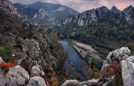 Bulgarien: Four Seasons Outdoor Program  Hvis du vil se Bulgariens fantastiske natur, skulle du måske overveje vores outdoor-program Four Seasons. Udover de akademiske og kulturelle oplevelser du får på det almindelige bulgariensprogram, får du her en unik mulighed for at se hvor varieret og storslået den bulgarske natur er. Prisen kan variere da vi har særlige programmer! Kontakt os på yfu@yfu.dk eller 64 76 30 06 og hør mere!