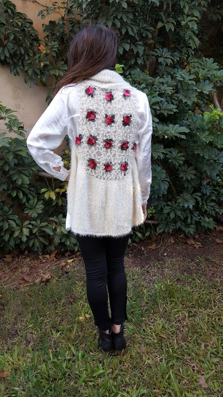 Outfit de Si chiama Paolina. Chaleco tejido con bordados de flores al crochet $450. Exclusivo.
