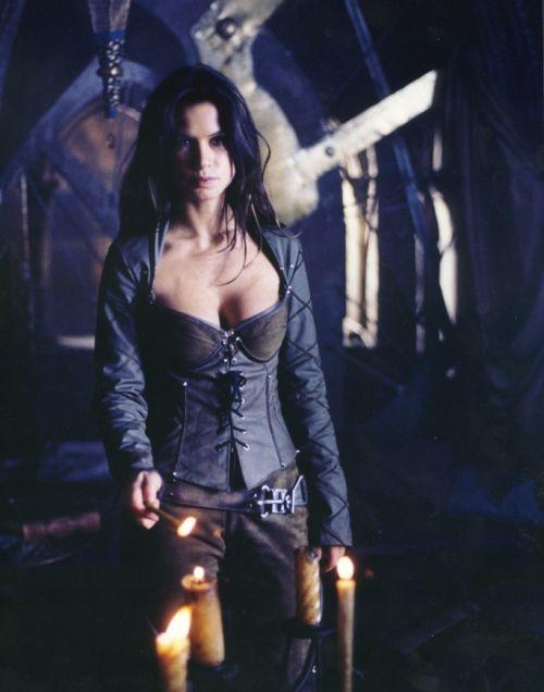 Beowulf 1999 Rhona | Rhona Mitra as Kyra - Beowulf Still 1
