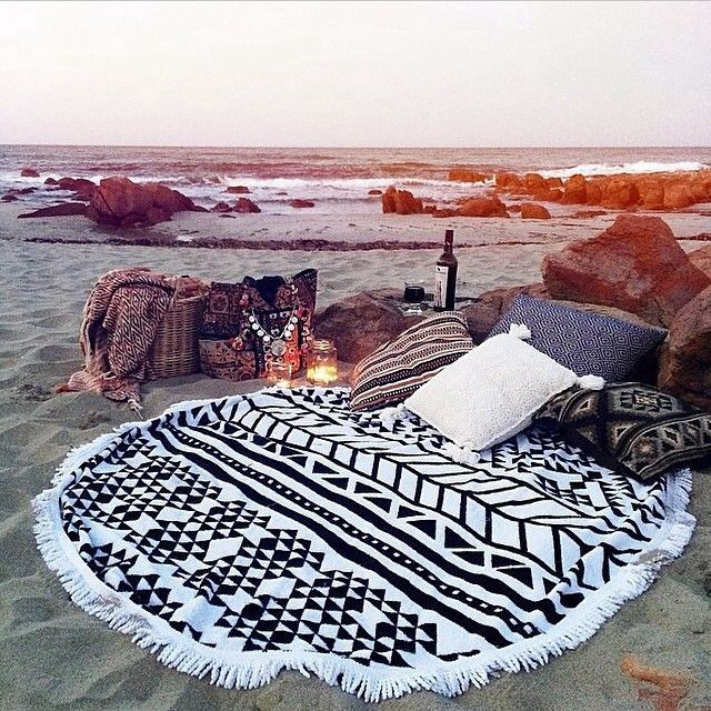 This is such a cute date idea! Dinner on the beach.