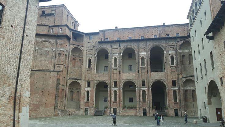 Cortile di Palazzo Farnese a Piacenza.  È  la parte compiuta del grande cortile.  Una delle ali laterali pensate per delimitare lo spazio di un gran teatro