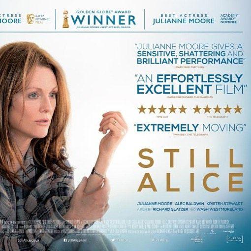 """Film """"Still Alice"""" in het Evertshuis  Alice Howland (Moore) is een 50-jarige docent taalkunde aan de Harvard-universiteit. Op het toppunt van haar carrière krijgt ze te maken met het verval van haar geheugen. Ze wordt gediagnosticeerd met de ziekte van Alzheimer en moet als sterke onafhankelijke vrouw zien om te gaan met de gevolgen van deze diagnose die haar leven drastisch zal veranderen. Langzaam maar zeker begint ze de regie over haar eigen wereld te verliezen Een eerlijke vertelling…"""