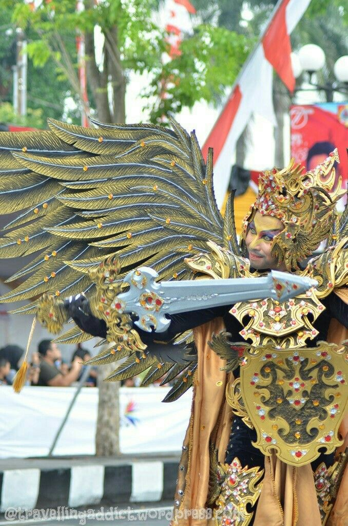 This is one of my fav costume so far. I just knew tht several costume wear contact lense to give total look, like this yellow one. Applause for the detail! This costumes represent Garuda.  http://travellingaddict.wordpress.com #waci #jemberfashioncarnival #jemberfashioncarnival2016 #jff #jff2016 #wonderfulindonesia #visitindonesia #indonesia #jember #travel #instatravel #carnival #carnivalindonesia #worldcarnival #nikon #nikond7000 #dynandfariz