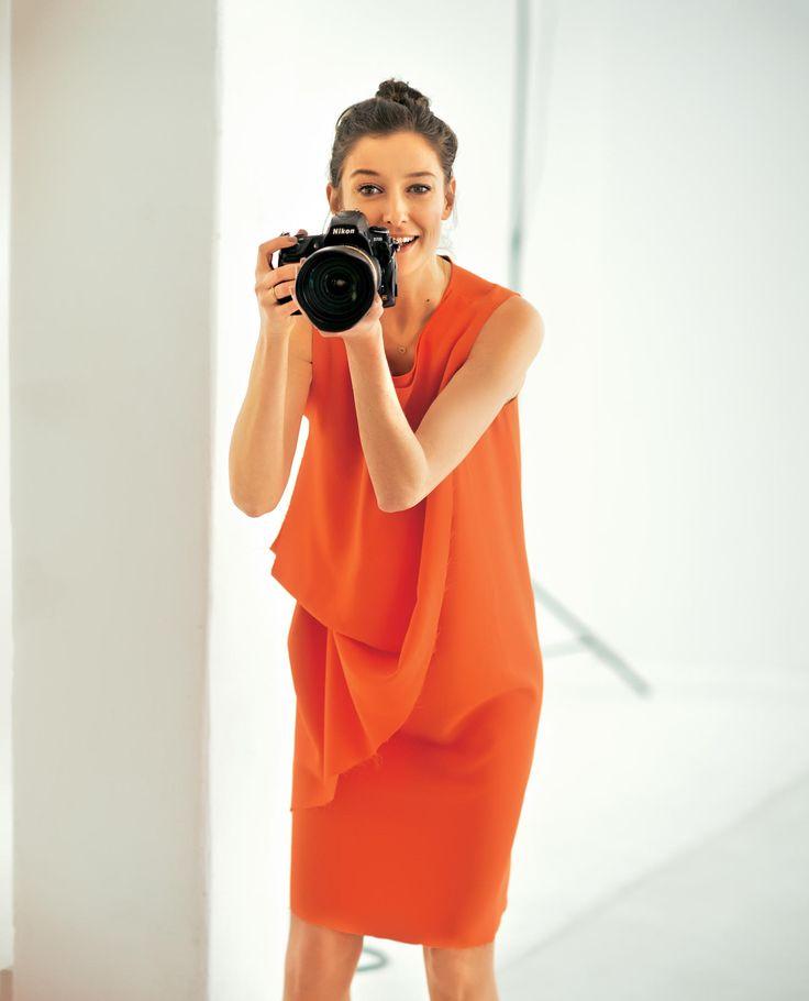 Schauspielerin Alexandra Maria Lara zeigt die schönsten Kleider für den Sommer - und spricht über ihre neue Serie.
