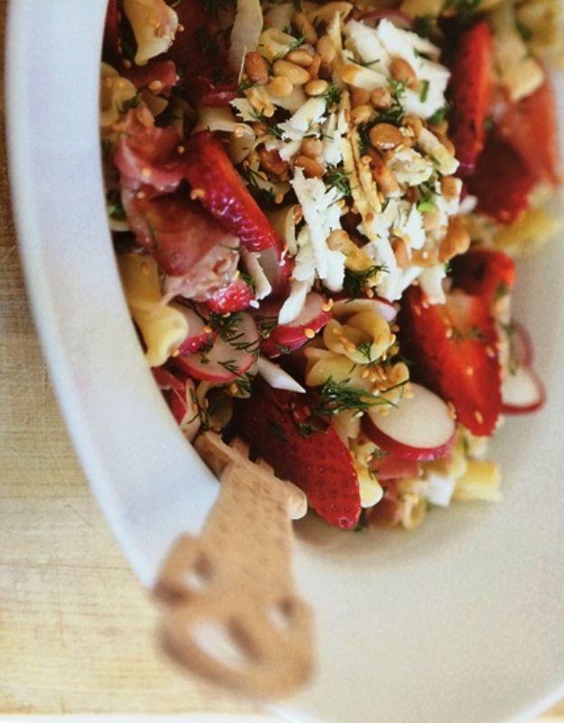 Σαλάτα με ζυμαρικά και φρούτα Δροσιστική σαλάτα με ζυμαρικά.