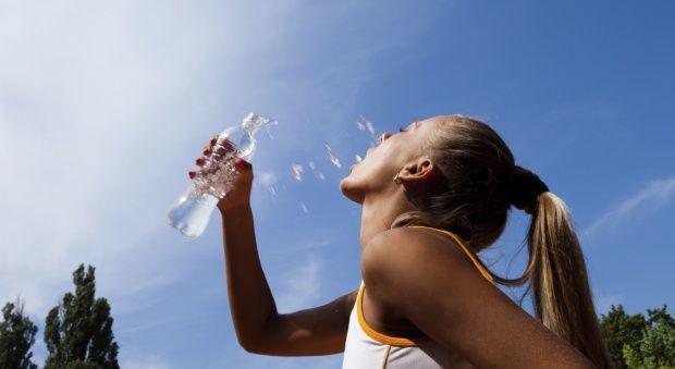 Το νερό βοηθάει στην απώλεια βάρους.