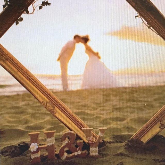 前撮り♡ ビーチ・シルエット編 夕日をバックに。・*・:♪ ❤︎◡̈◡̈❤︎ カメラマンさんに言われるがままポージング… 出来上がった写真を見たら、フォトフレームの中に私達が‼︎ 持参したイニシャルオブジェをこんな風に使ってくださっていたことにも感激(*⁰̷̴͈꒨⁰̷̴͈)✧ #weddingtbt #tbt #wedding #weddingphoto #ウェディング #結婚写真 #前撮り#photo #海 #sea #beach #海岸 #砂浜 #風景 #ロケーションフォト #love #happy #kiss #chu #シルエット #sunset #夕日 #フォトフレーム #イニシャル #恥ずかしい #照れる #感激