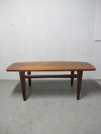 Pastoe/Deense stijl jaren 60 teakhouten salontafel met kantel blad. met een kant teakhout en de andere met mooi wit formica. maat tafel lang 126 cm breed 50 cm hoog 46 cm. mooi model tafel verkeert in goede staat.  prijs 149 euro.
