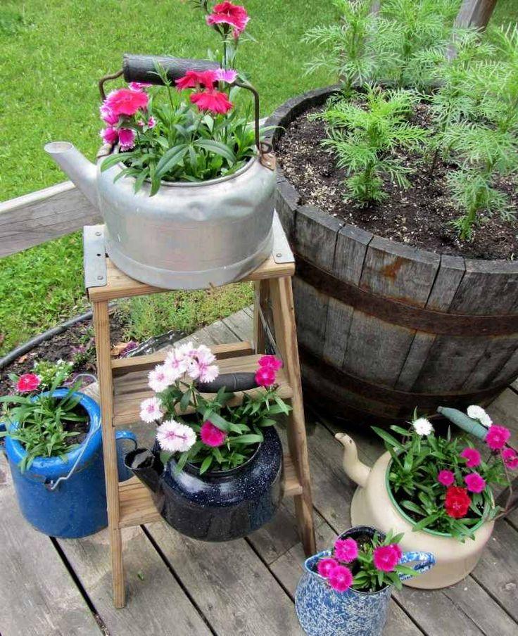 idée de déco jardin en objets anciens: pots en théières métalliques