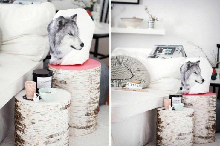 table d'appoint en tronc de bouleau dans le salon avec canapé blanc et coussins avec imprimés