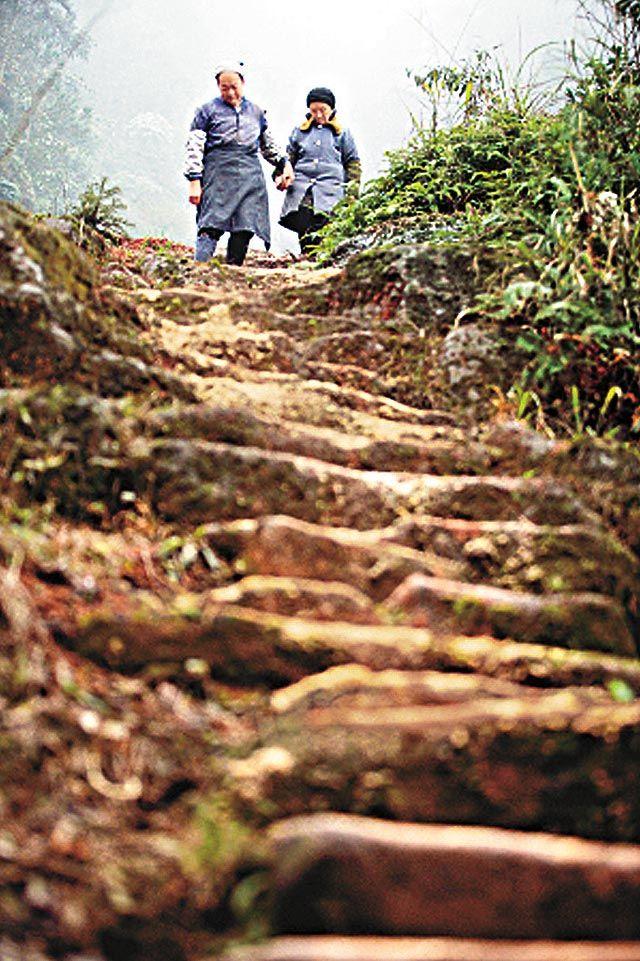 De Chinees Liu kerfde een trap van 6000 treden uit een granieten rots voor zijn grote liefde Xu, die slecht te been was