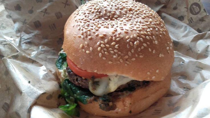 Omomomom..... Deliszes!!! #wroclovers #wroclove #igersworld #igerseurope #igerspoland #igerspolska #instagram #igers #instagramers #window #instashot #photooftheday #wroclaw #wrocław #photo #samsung #pasibus #burger #foodporn @pasibus