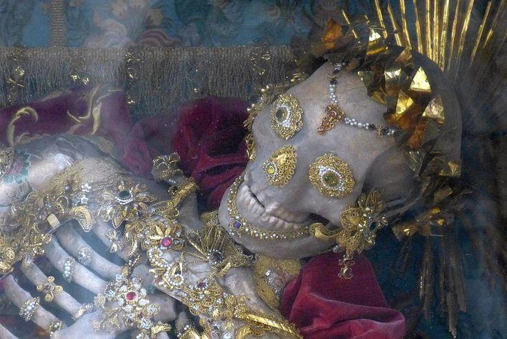 Kempten, Basilika St. Lorenz, Skelett des Innocentius.jpg