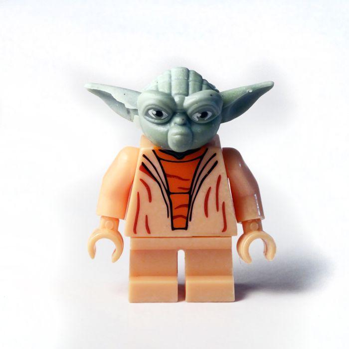YODA (Star Wars) - Marca: Decool Código: MOSW003 - Contenido (     1 minifigura     4 armas) Maestro de maestros, Yoda fué uno de los pocos Jedi en sobrevivir a la gran purga Jedi iniciada con el auge del Imperio Galáctico ocultándose en Dagobah. Reverenciado por Obi Wan completó el entrenamiento de Luke, instruyendo a éste en los caminos de La Fuerza y preparándole para el enfrentamiento final con Vader Adjunta 4 armas, un sable láser entre ellas.