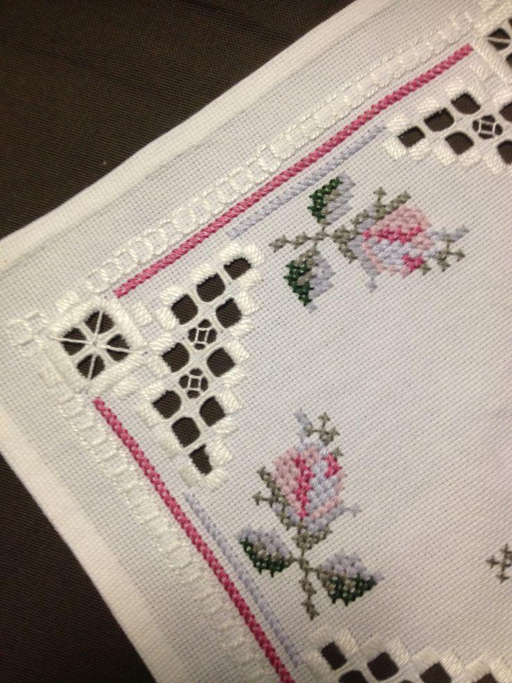 Small Hardanger embroidered linen tablecloth. por Inspiria en Etsy